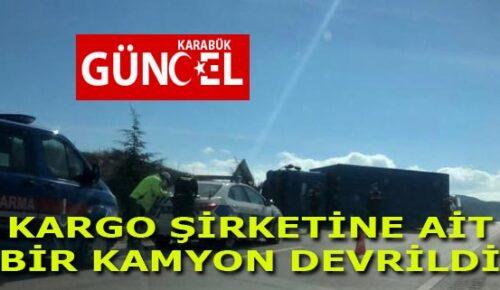 KARGO ŞİRKETİNE AİT BİR KAMYON DEVRİLDİ